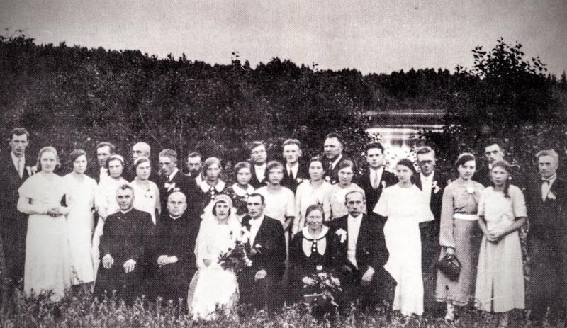 Baltriškių bažnyčios fundatorių Adomo ir Elenos Zavadskų vestuvių dalyviai 1936-08-09